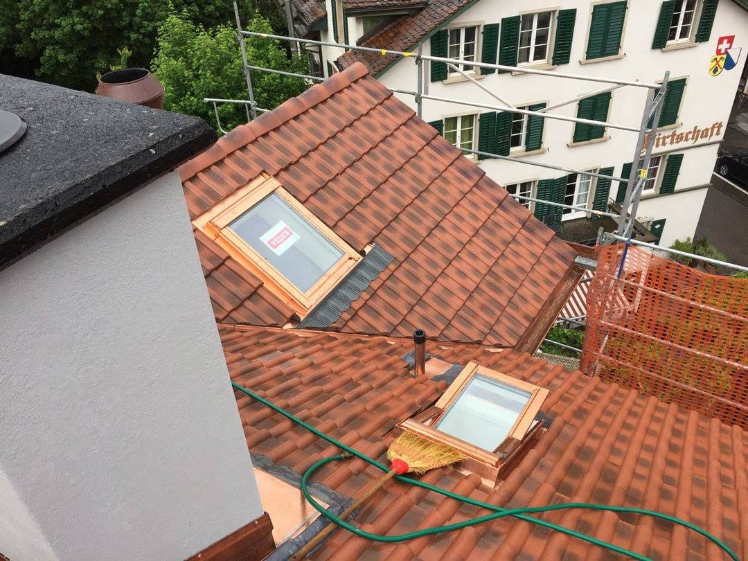 Bedachung mit Beton Falzziegel antik plus VELUX Dachflächenfenster
