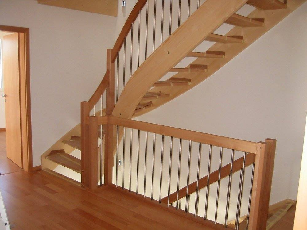 Viertelgewundene Treppenanlage mit Staketengeländer / Fichte, Buche
