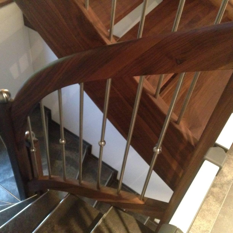 Treppenanlage in Nussbaum inkl. Staketengeländer