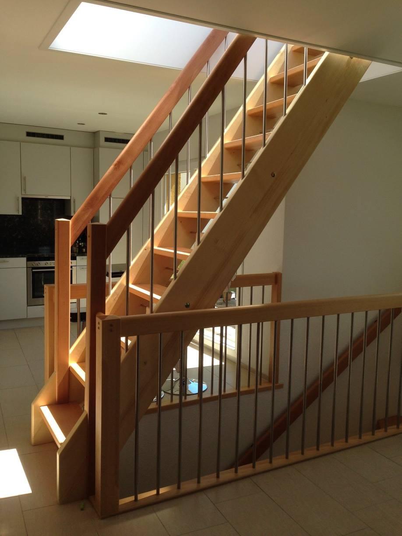 Gerade Treppe mit Geländer bei Dachausstieg