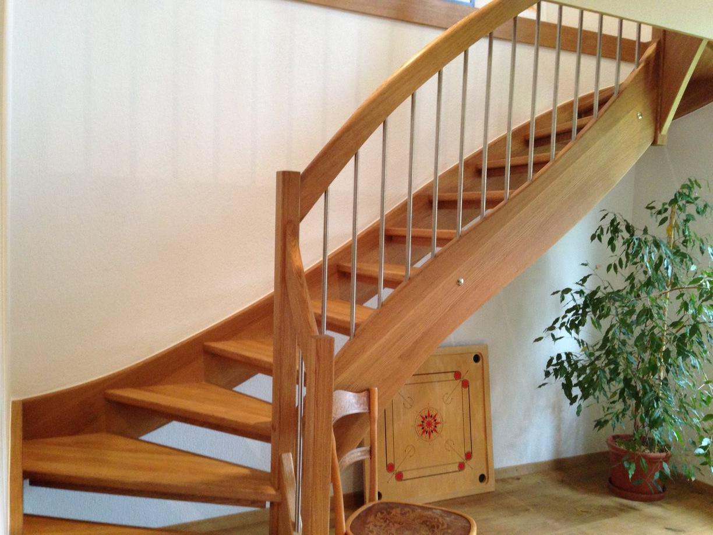 Halbgewundene Treppenanlage in Eichenholz